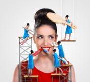 Arbeiders die aan een mooie vrouw werken Stock Afbeeldingen