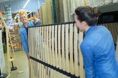 Arbeiders die bedkader met latjebasis bewegen Royalty-vrije Stock Foto