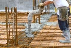 Arbeiders die beton gieten Stock Afbeeldingen