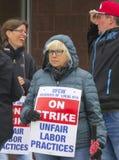Arbeiders die buiten Einde & Winkel in Wallingford, Connecticut slaan stock foto