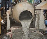 Arbeiders die cement mengen Royalty-vrije Stock Afbeelding