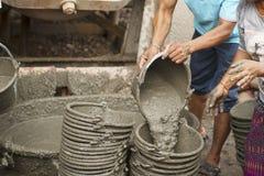 Arbeiders die cement mengen Stock Foto
