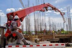 Arbeiders die cement ontladen bij een bouw Royalty-vrije Stock Afbeelding