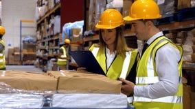 Arbeiders die controlelijst bekijken stock video