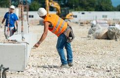 Arbeiders die in contructionbouwterrein werken Royalty-vrije Stock Foto