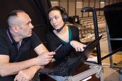 Arbeiders die correcte mixer met laptop met behulp van Royalty-vrije Stock Foto's
