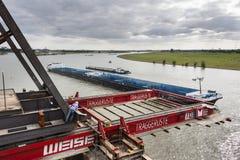 Arbeiders die dragend platform vastmaken aan brug, redactie Royalty-vrije Stock Foto