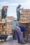 Arbeiders die een huis bouwen Stock Foto's