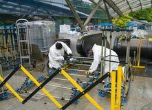 Arbeiders die een roltrap in een station herstellen stock fotografie