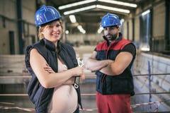 Arbeiders die in fabriek stellen stock fotografie