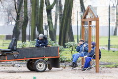 Arbeiders die in het park rusten stock foto's