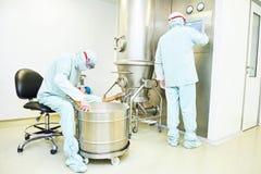 Arbeiders die het systeem van het pharma vloeibare bed in werking stellen Stock Fotografie
