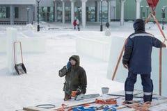 Arbeiders die ijsblokken van een auto leegmaken royalty-vrije stock afbeelding