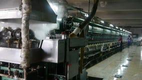 Arbeiders die op workshop winden Zijderupscocon bij zijdefabriek stock video