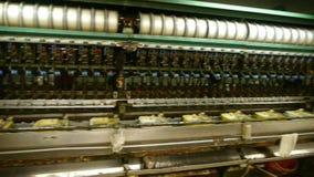 Arbeiders die op workshop winden Zijderupscocon bij zijdefabriek stock videobeelden