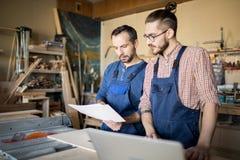 Arbeiders die project bespreken royalty-vrije stock afbeelding