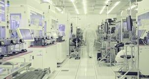 Arbeiders die in schone ruimte in halfgeleiders faciliteit vervaardigen stock footage