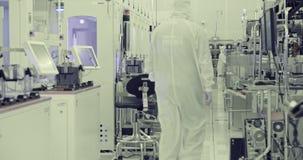 Arbeiders die in schone ruimte in halfgeleiders faciliteit vervaardigen stock videobeelden