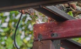 Arbeiders die staalstructuren met heftoestel en hoogtegebied lassen Royalty-vrije Stock Foto