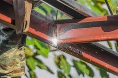 Arbeiders die staalstructuren met heftoestel en hoogtegebied lassen Royalty-vrije Stock Afbeeldingen