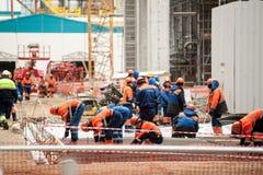 Arbeiders die stichting in chemische fabriek maken royalty-vrije stock fotografie