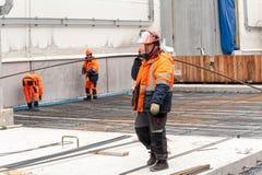 Arbeiders die stichting in chemische fabriek maken royalty-vrije stock afbeeldingen