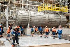 Arbeiders die stichting in chemische fabriek maken stock foto's
