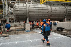 Arbeiders die stichting in chemische fabriek maken stock fotografie