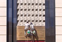 Arbeiders die voorzijde van een winkelcomplex schoonmaken, Tchang-tchoun, China royalty-vrije stock afbeeldingen