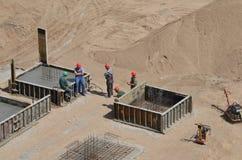 Arbeiders die zich bij bouwwerf bevinden die een gesprek hebben tijdens pauze stock foto's