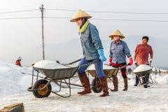 Arbeiders die zout bewegen bij de zoute gebieden van Hon Khoi in Nha Trang, Vi Stock Foto