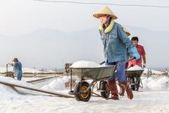 Arbeiders in een lijn bij de zoute gebieden van Hon Khoi in Nha Trang, Viet Royalty-vrije Stock Foto