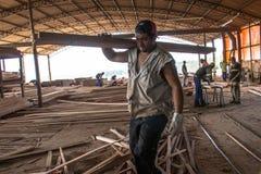 Arbeiders in een zaagmolen stock foto's