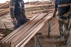 Arbeiders in een zaagmolen stock afbeeldingen