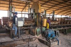 Arbeiders in een zaagmolen royalty-vrije stock foto's