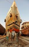 Arbeiders en boten stock afbeeldingen