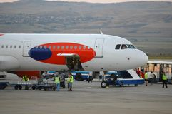 Arbeiders en vliegtuig stock afbeeldingen
