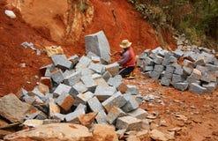 Arbeiders gespleten steen voor wegwerkzaamheden Royalty-vrije Stock Fotografie