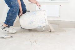 Arbeiders gietend beton op de vloer in de ruimte Vul screed FL stock foto's