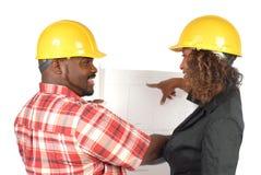 Arbeiders met blauwdrukken royalty-vrije stock afbeelding