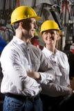 Arbeiders met bouwvakkers in onderhoudsruimte Royalty-vrije Stock Foto's