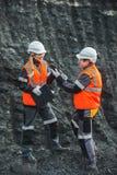 Arbeiders met steenkool bij open kuil royalty-vrije stock afbeelding