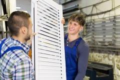 Arbeiders met venster met blind stock afbeelding