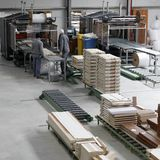 Arbeiders in meubilairfabriek stock foto