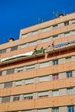 Arbeiders op de buitensteigerlift om het gebouw te herstellen Royalty-vrije Stock Afbeelding