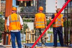 Arbeiders op de construcionplaats stock foto's