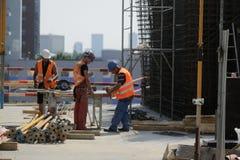 Arbeiders op een bouwwerf Stock Afbeeldingen