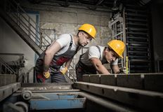 Arbeiders op een fabriek stock fotografie