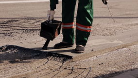 Arbeiders op een wegenbouw, de industrie en groepswerk stock footage
