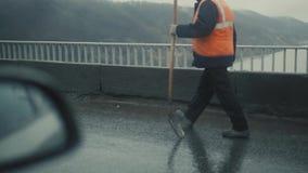 Arbeiders op een wegenbouw, de industrie en groepswerkregendag stock videobeelden